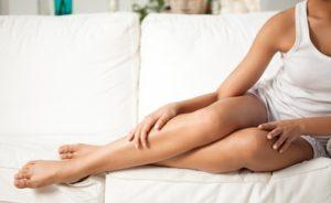 膝の黒ずみを気にかける女性