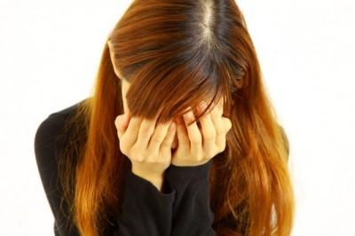 膝の黒ずみにショックを受ける女性