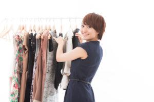 衣服を選ぶ女性